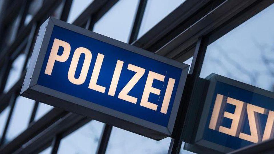 """Der Schriftzug """"Polizei"""" ist vor einem Polizeirevier zu sehen. Foto: Boris Roessler/dpa/Symbolbild/Archivbild"""