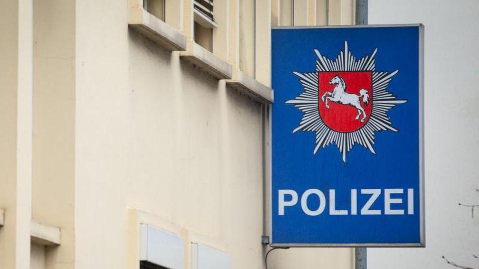"""""""Polizei"""" steht auf dem Schild an der Fassade einer Polizeiinspektion. Foto: Friso Gentsch/Archivbild"""