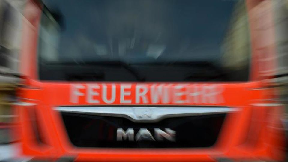 Ein Feuerwehrauto im Einsatz. Foto: Britta Pedersen/Archiv
