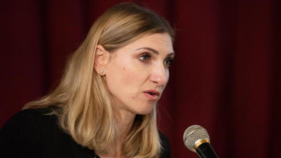 Rechtsanwältin Hanna Henning spricht während einer Pressekonferenz zum Fall Peggy. Foto: Nicolas Armer