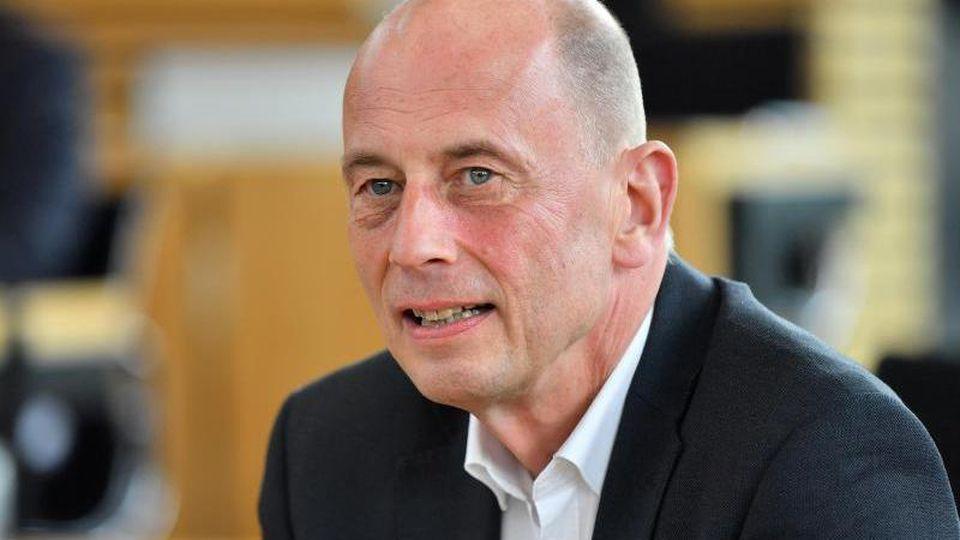 Thüringens Wirtschaftsminister Wolfgang Tiefensee nimmt an einer Landtagsdebatte teil. Foto: Martin Schutt/dpa-Zentralbild/dpa/Archivbild