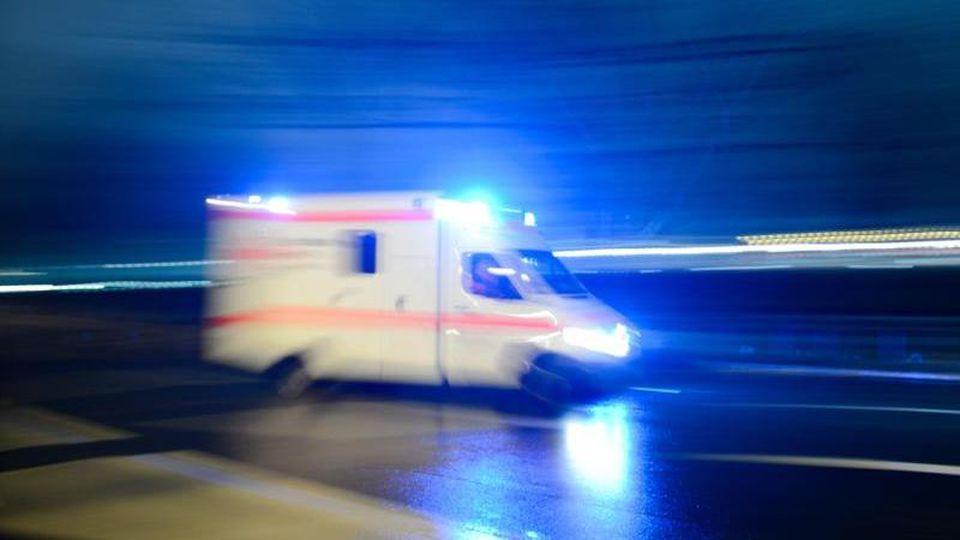 Ein Krankenwagen fährt auf der Straße mit Blaulicht entlang. Foto: Lukas Schulze/Archiv