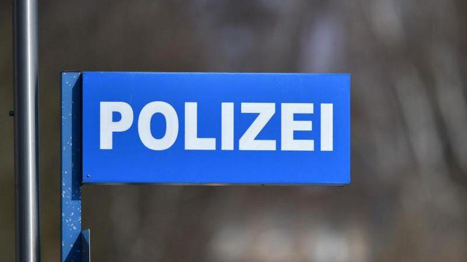"""Ein Schild mit der Aufschrift """"Polizei"""" ist zu sehen. Foto: Ralf Hirschberger/dpa-Zentralbild/dpa/Archivbild"""