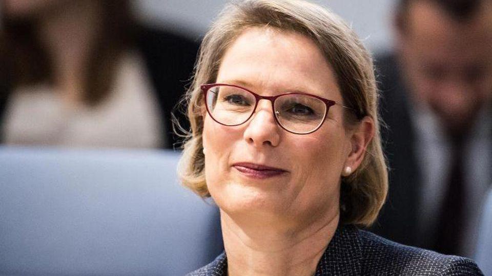 Stefanie Hubig (SPD), Ministerin für Bildung des Landes Rheinland-Pfalz, sitzt im Landtag. Foto: Andreas Arnold/dpa