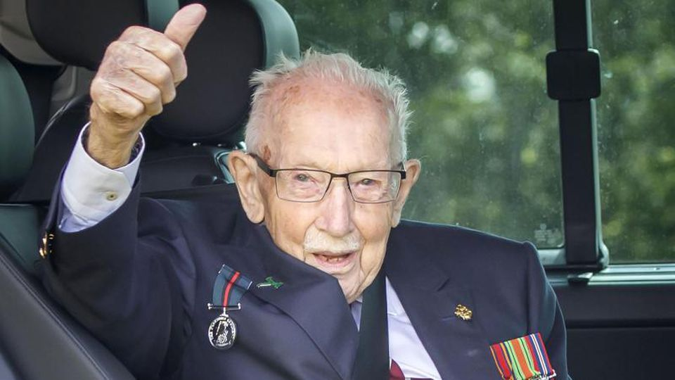 Ein 100-Jähriger, über den man nicht nur in England spricht: der Weltkriegsveteran und Rekord-Spendensammler Tom Moore. Foto: Danny Lawson/PA Wire/dpa