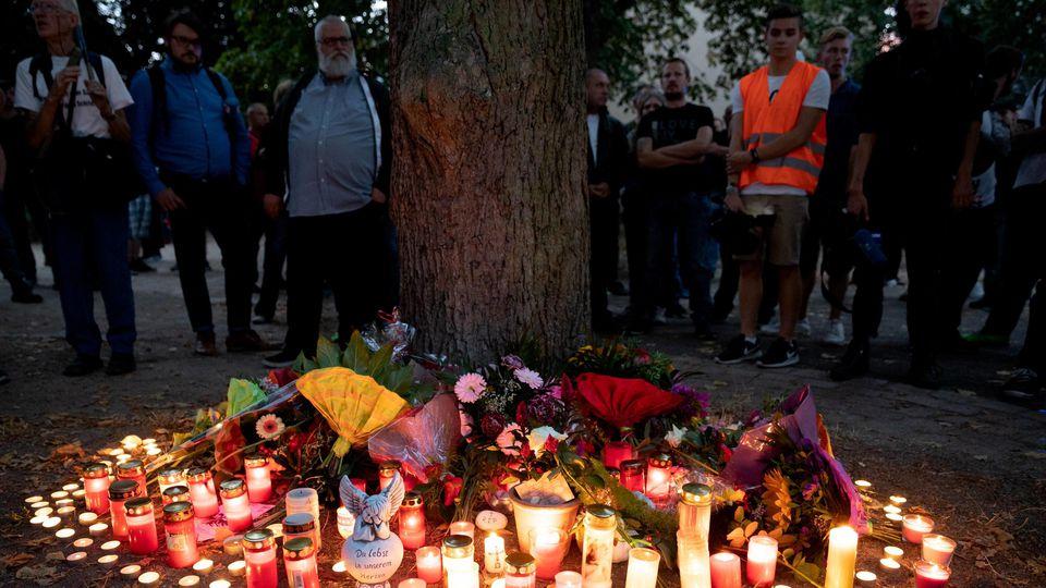 Rechter Trauermarsch nach Tod eines 22-jährigen in Koethen Ca. 2500 Menschen folgen nach dem Tod eines 22-jährigen Mannes einem Aufruf von rechtsradikalen Gruppen zu einem Trauermarsch in Köthen. Nach einer Auseinandersetzung zwischen zwei afghanisch