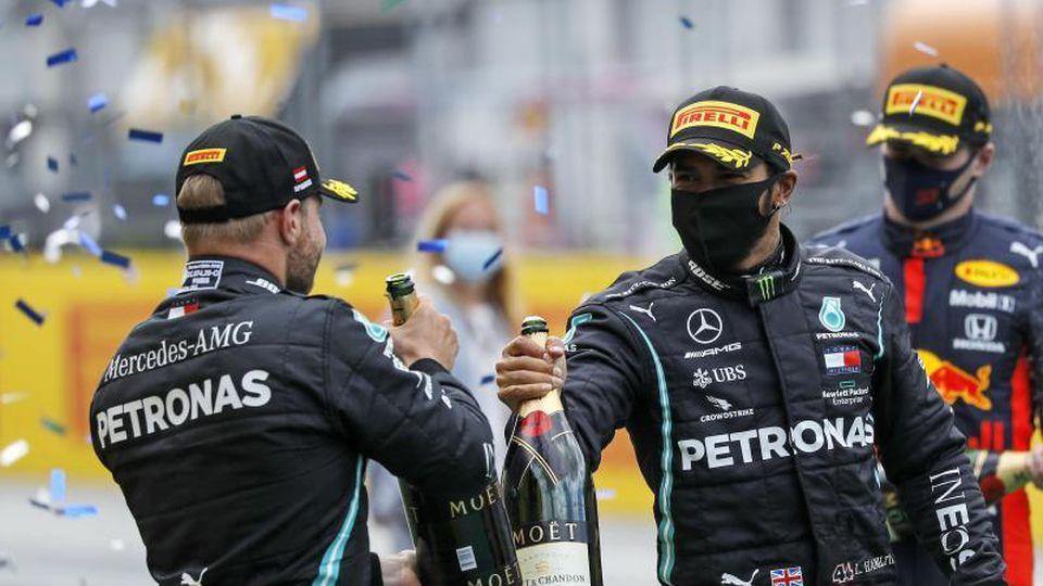 Auch in Budapest in der Favoritenrolle: Lewis Hamilton (r) und Mercedes-Teamkollege Valtteri Bottas. Foto: Leonhard Foeger/Pool Reuters/AP/dpa