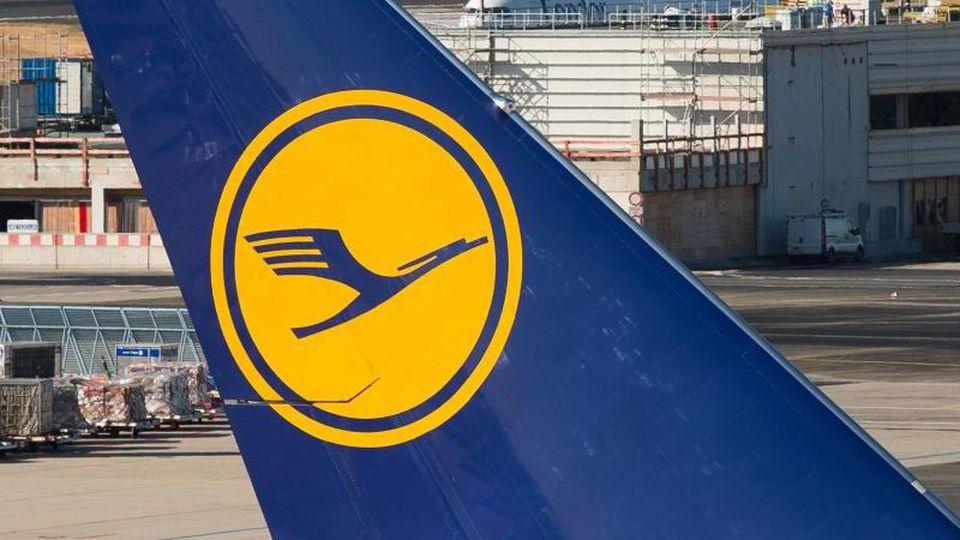 Das Logo der Fluggesellschaft Lufthansa ist auf dem Heckflügel einer Passagiermaschine zu sehen. Foto: Silas Stein/dpa/Archivbild