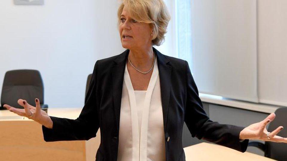 Frauke Holmer, Sprecherin des Oberlandesgerichtes, redet mit Journalisten. Foto: Carsten Rehder/Archiv