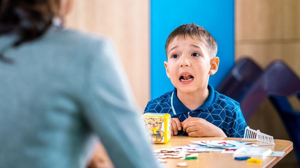 Logopädie hilft Kindern, die Stottern