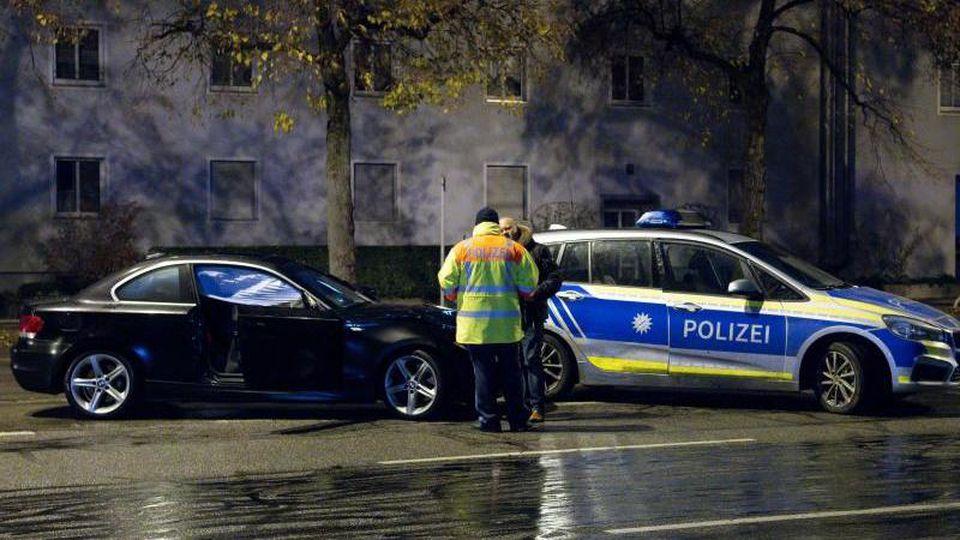 Polizisten stehen nach einem Unfall auf der Fürstenrieder Straße neben einem beschädigten Auto. F. Foto: Sven Hoppe/dpa