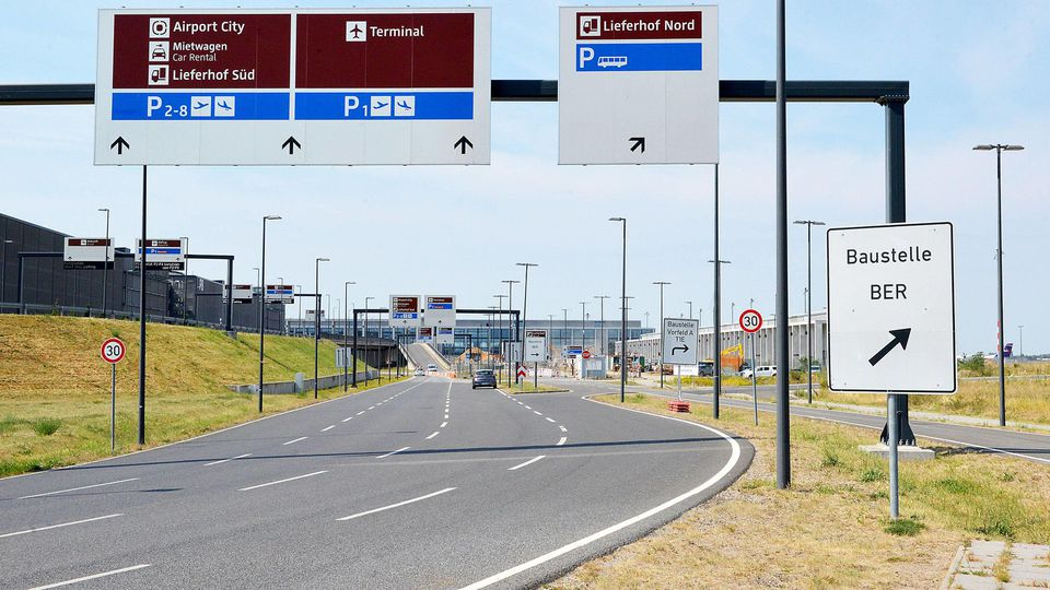Flughafen ( BER ) Berlin Brandenburg am 08.08.2018 in Berlin Der Flughafen Berlin Brandenburg ( BER ) wird auch Willy Brand Flughafen genannt und liegt an der südlichen Stadtgrenze von Berlin im brandenburgerischen Schönefeld. Er befindet sich seit d