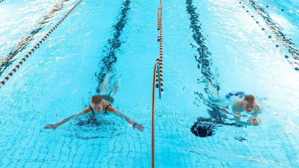 Rosie (l) und Manfred Warnke schwimmen im Heidjers Wohl Hallenbad. Foto: Philipp Schulze/dpa