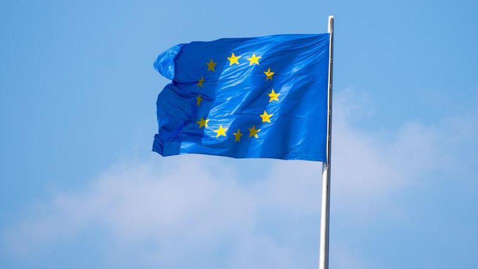Die Flagge der Europäischen Union auf dem Reichstagsgebäude. Foto: Monika Skolimowska/Archivbild