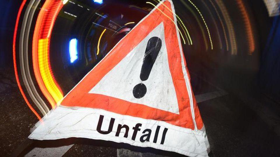 """Ein Warndreieck mit dem Schriftzug """"Unfall"""". Foto: Patrick Seeger/dpa/Symbolbild"""