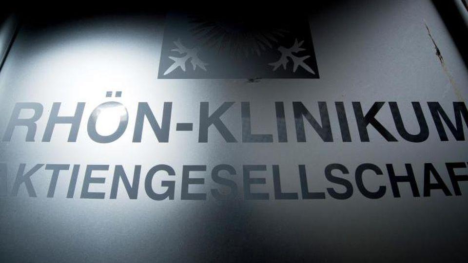 Der Schriftzug der Rhön-Klinikum AG. Foto: David-Wolfgang Ebener/dpa/Archivbild