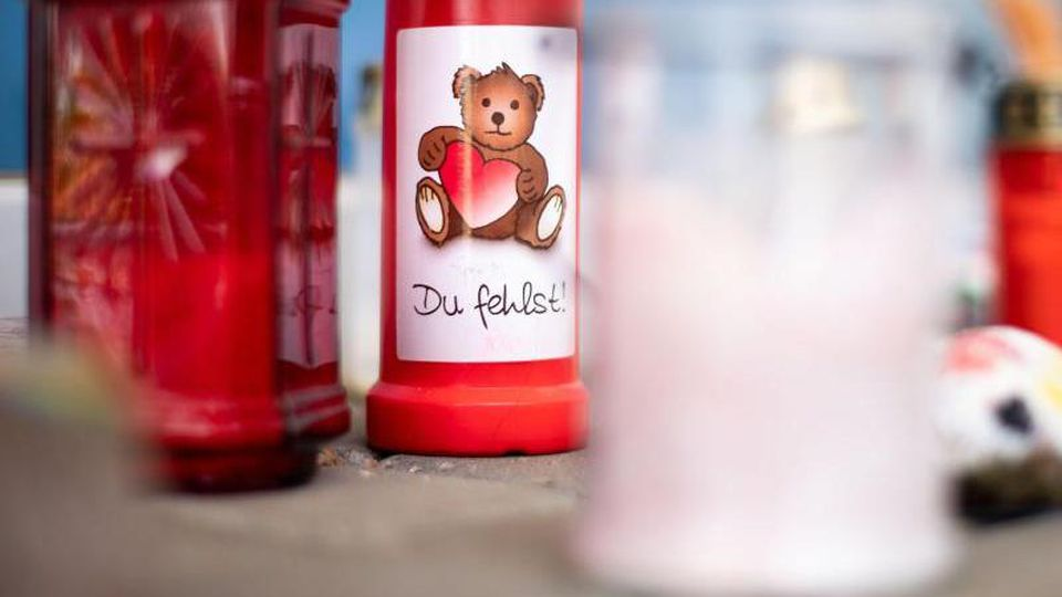 """Grablichter stehen vor der städtischen Kindertagesstätte """"Steinkreis"""" in Viersen. Foto: Marius Becker/dpa"""