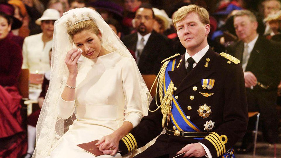 Königin Máxima der Niederlande weint bei ihrer Hochzeit mit König Willem-Alexander am 2. Februar 2002.