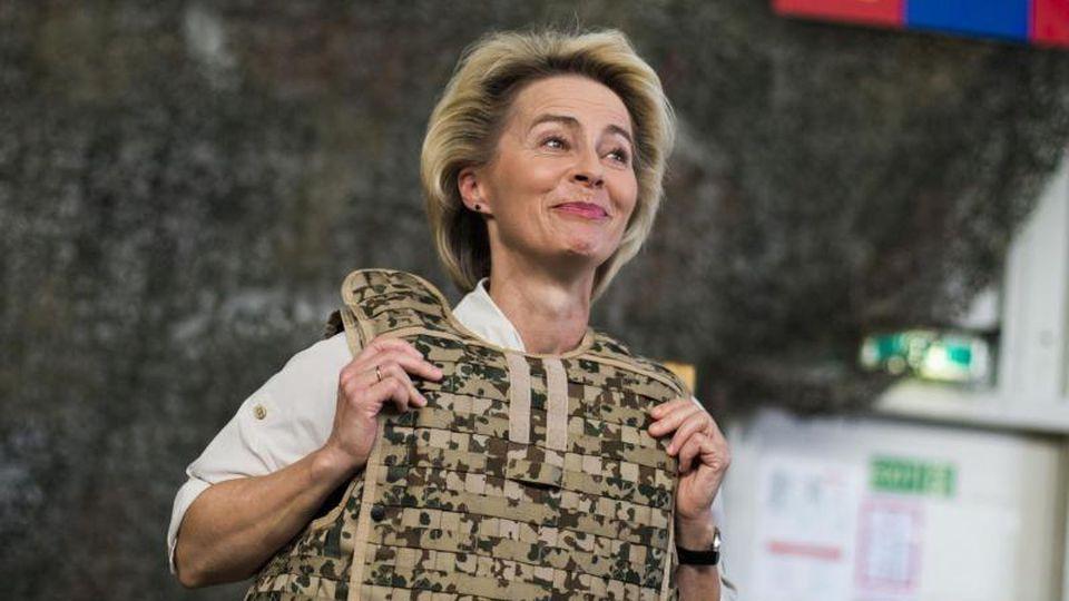 Ursula von der Leyen bei einem Truppenbesuch in Afghanistan. Die Bundesverteidigungsministerin gibt ihr Amt auf. Foto: Thomas Peter/Reuters Pool/Archiv