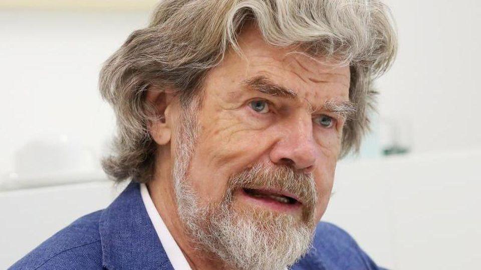 Bergsteiger Reinhold Messner gibt ein Pressestatement. Foto: Roland Weihrauch/dpa/Archivbild