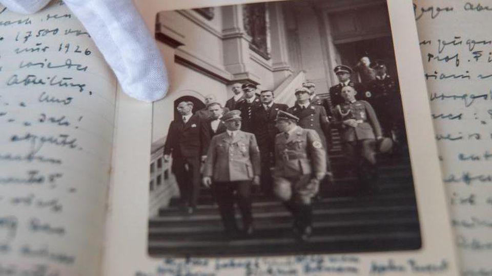 Auf einem historischen Foto ist Hans Posse (l) abgebildet, wie er im Juni 1938 mit Adolf Hitler (M) durch die Dresdner Gemäldegalerie geht. Das Foto befindet sich mit Posses Tagebüchern im Germanischen Nationalmuseum in Nürnberg. Foto: Daniel Karmann/dpa