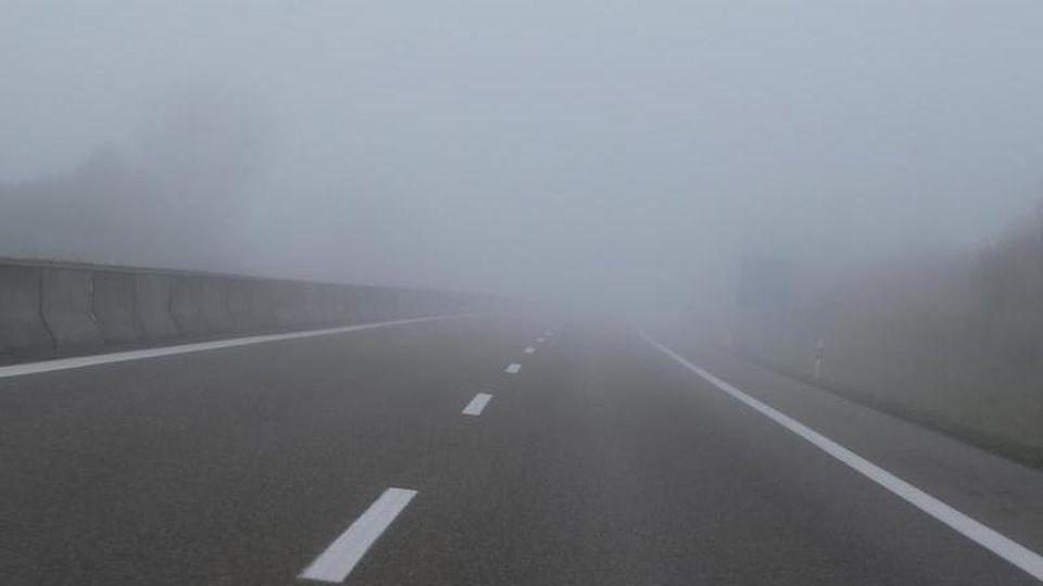 Nebel liegt über einer Autobahn. Foto: Karl-Josef Hildenbrand/dpa/Archivbild