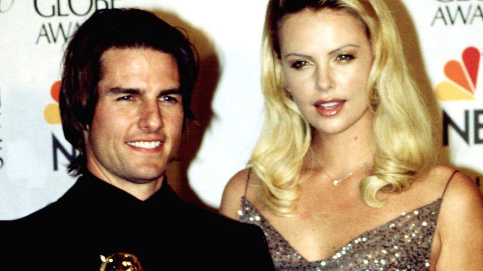 Tom Cruise mit seinem Golden Globe Award und Kollegin Charlize Theron bei der Preisverleihung im Januar 2000.