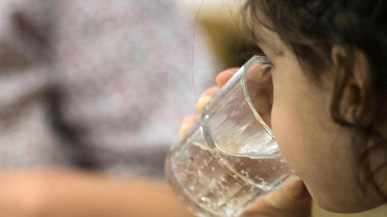 Ein Kind trinkt in einer Kita einen Schluck Wasser. Foto: Andreas Arnold