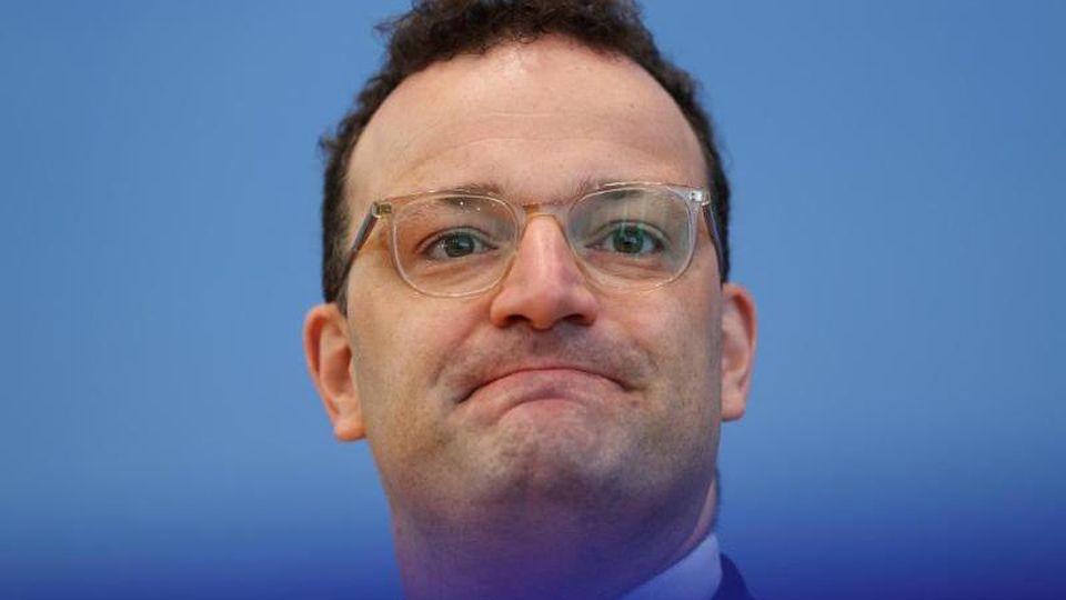 Minister Jens Spahn (CDU) sieht das Gesundheitssystem nicht überfordert. Foto: Fabrizio Bensch/Reuters pool/dpa