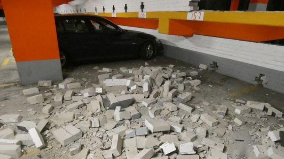 Autofahrer durchbricht Parkhausmauer und landet eine Etage tiefer