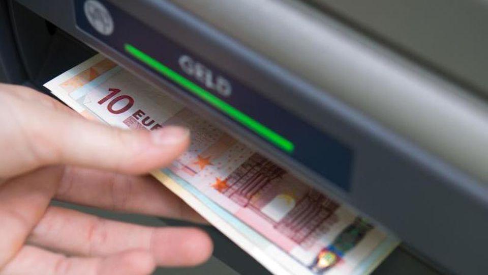 Wichtig bei Jugendkonten sind genügend Geldautomaten, bei denen man kostenlos Bargeld bekommt. Abheben an Automaten anderer Institute kann teuer werden. Foto: Andrea Warnecke/dpa-tmn
