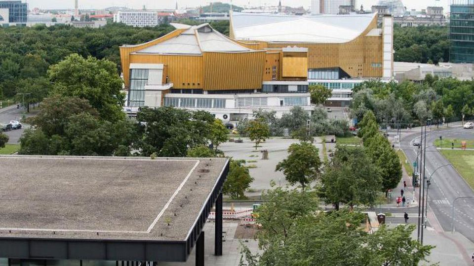 Die Freifläche des Kulturforums zwischen Neuer Nationalgalerie (l) und Berliner Philharmonie. Foto: Gregor Fischer/Archivbild