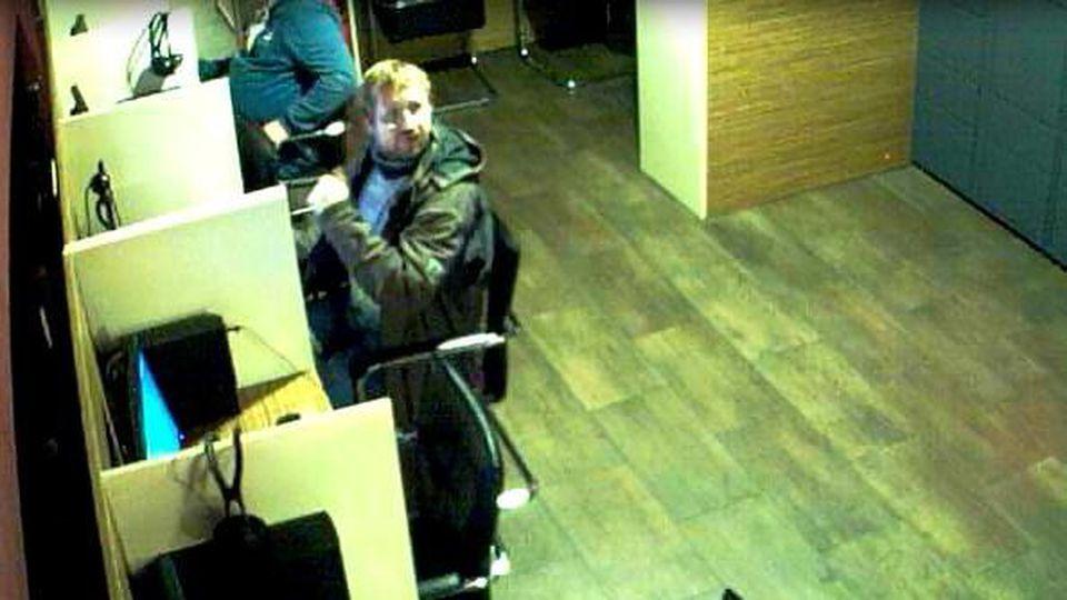 Mit diesem Foto einer Überwachungskamera sucht die Polizei den Tatverdächtigen, der im Oktober 2020 Brandsätze gegen die Fassade des Robert Koch-Instituts geworfen haben soll.