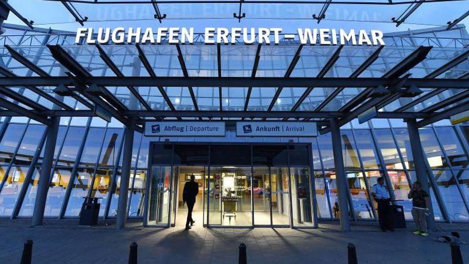Der Eingangsbereich des Flughafens Erfurt-Weimar. Foto: Martin Schutt/zb/dpa/Archivbild