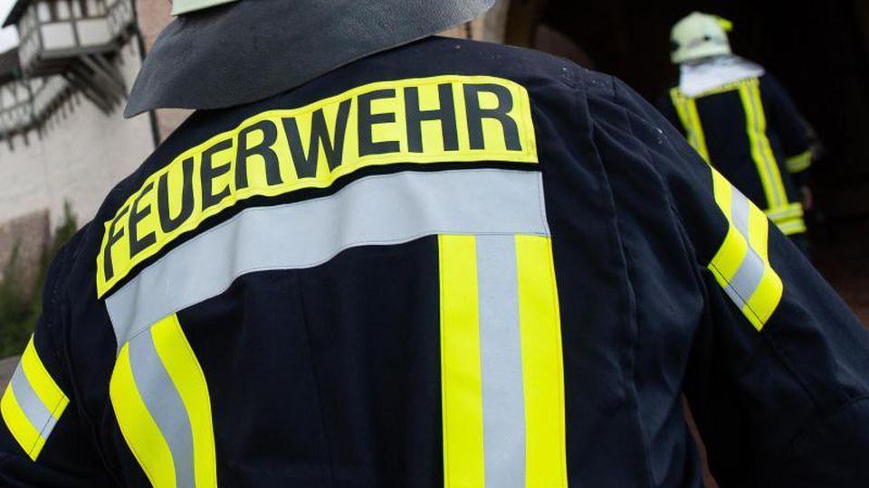 Einsatzkräfte der Feuerwehr laufen. Foto: Swen Pförtner/dpa