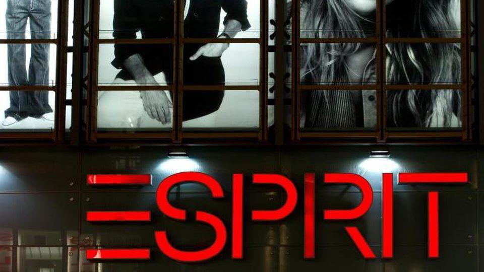 Das Logo der Modekette Esprit an einer Filiale. Foto: Sven Hoppe/dpa/Archivbild