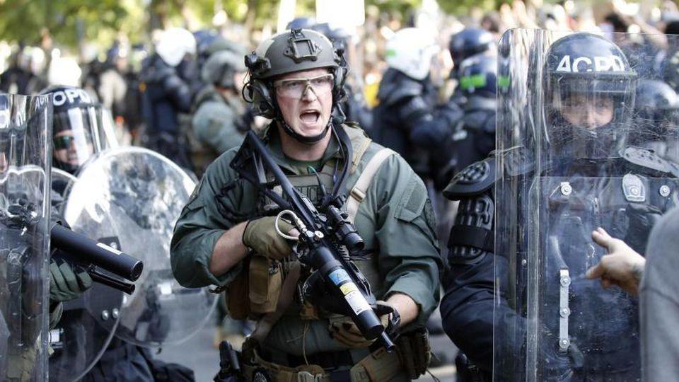 Die US-Polizei soll laut Trump bald Unterstützung erhalten. Foto: Alex Brandon/AP/dpa