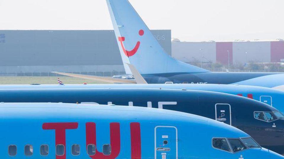 Flugzeuge von Tuifly parken am Flughafen Hannover. Foto: Julian Stratenschulte/dpa/Archivbild