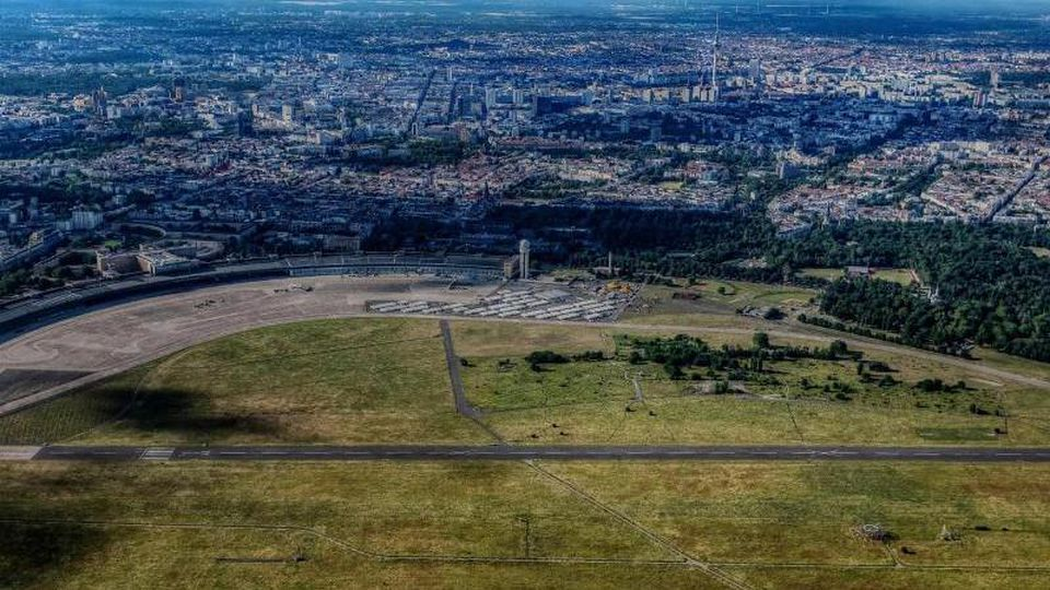 Blick auf das Tempelhofer Feld. Foto: Paul Zinken/dpa/Archivbild