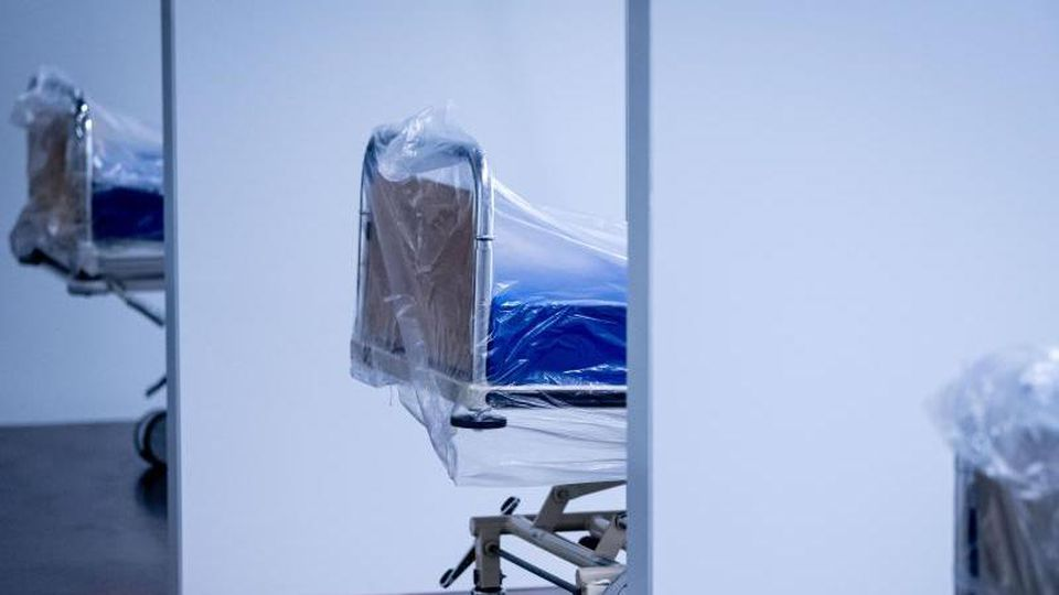 Krankenhausbetten in der Behelfsklinik auf dem Messegelände Hannover. Foto: Peter Steffen/dpa