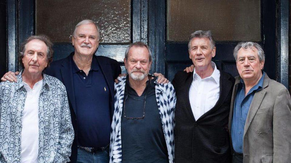 Die britische Comedy-Gruppe Monty Python:Eric Idle (l-r), John Cleese, Terry Gilliam, Michael Palin und Terry Jones, der jetzt im Alter von 77 Jahren gestorben ist. Foto: Daniel Leal-Olivas/EPA/dpa