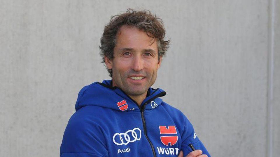 Peter Schlickenrieder (Teamchef Langlauf) posiert mit gekreuzten Armen und lächelt. Foto: Karl-Josef Hildenbrand/dpa/Archivbild