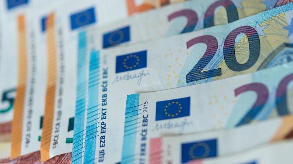 Geldscheine liegen sortiert auf einem Haufen. Foto: Monika Skolimowska/zb/dpa/Archivbild