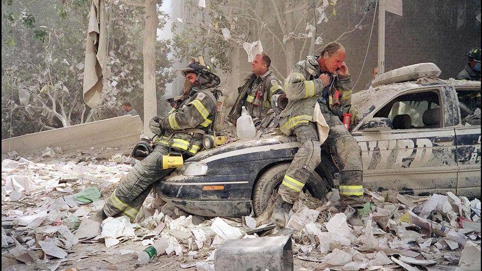 Feuerwehrmänner in den World Trade Center Ruinen.