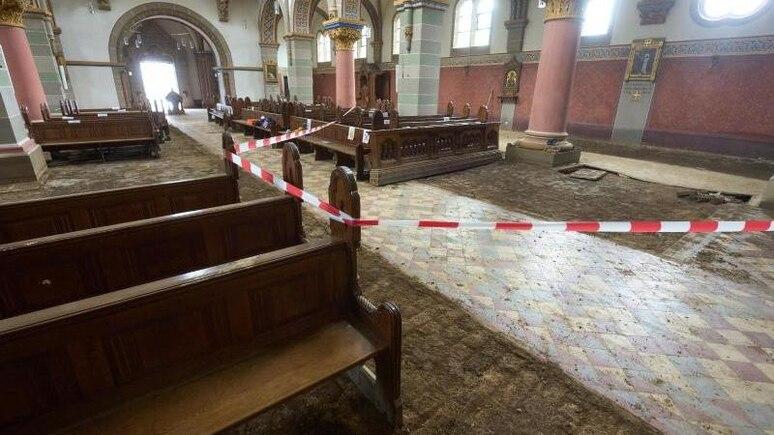 Der Innenraum der Rosenkranz-Kirche ist stark beschädigt. Foto: Thomas Frey/dpa