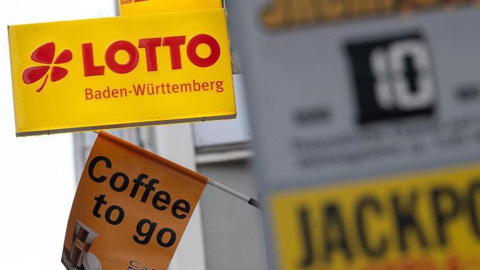 Ein Aufsteller weist vor einer Annahmestelle auf den Eurojackpot und den Jackpott 6 aus 49 hin. Foto: Sebastian Gollnow/dpa/Archivbild