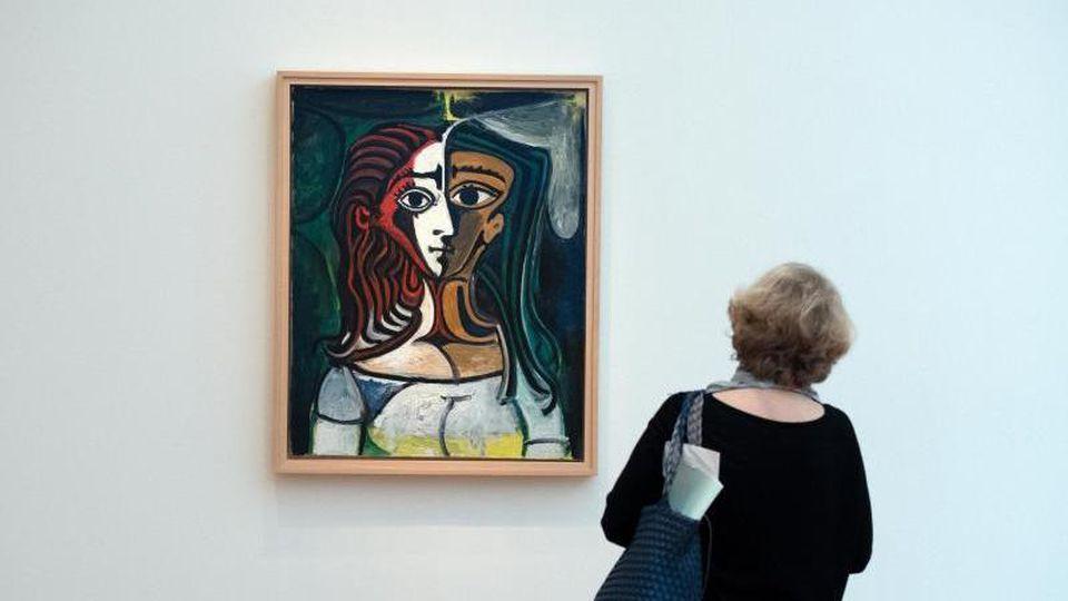"""Eine Frau betrachtet das Bild """"Jaqueline"""" des Malers Pablo Picasso im Potsdamer Museum Barberini. Foto: Ralf Hirschberger/Archivbild"""