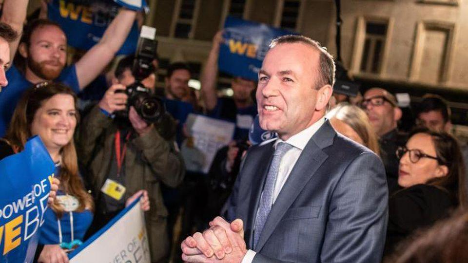 Manfred Weber (r, CSU), Spitzenkandidat der Europäischen Volkspartei, kommt nach der Europawahl zu einer Wahlveranstaltung. Foto: Marcel Kusch