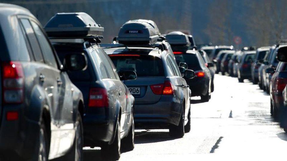 In den nächsten Tagen sorgen Wintersportler, die mit dem Auto reisen, wieder für volle Autobahnen in Richtung Alpen. Foto: Sven Hoppe/Archiv