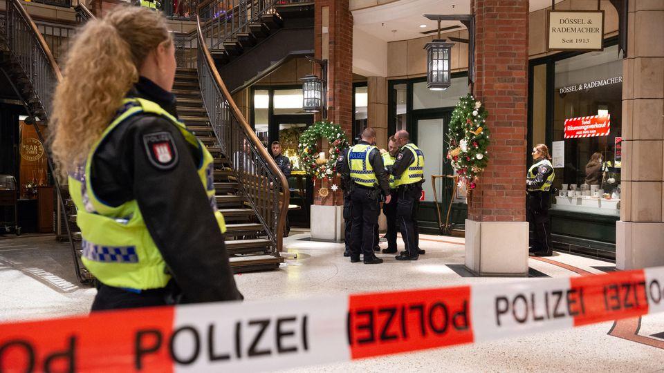 Der Täter zückte ein Messer und verletzte den Angestellten im Oberkörper. Ein Tatverdächtiger konnte noch am Abend festgenommen werden.